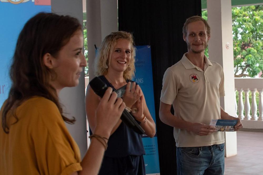 Au premier plan, Maud Martinasso, de l'association FVC, remet les prix du concours aux deux gagnants, Lucille et Julien.