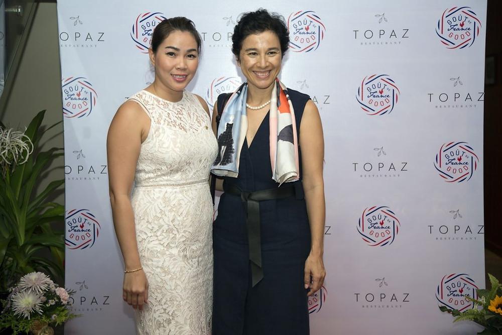 L'ambassadrice de France au Cambodge, Mme Eva Nguyen Binh, en compagnie de Lina Hak, Directrice Générale du restaurant Topaz.