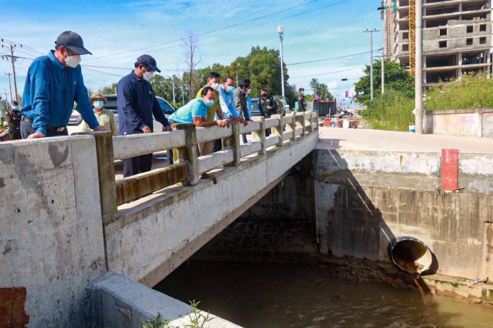 Les autorités provinciales de Preah Sihanouk procèdent à l'inspection du réseau de canaux de la commune IV de Sihanoukville et d'autres systèmes de drainage de la ville côtière, à la suite des graves inondations récentes qui ont fait un mort et affecté de nombreux habitants.