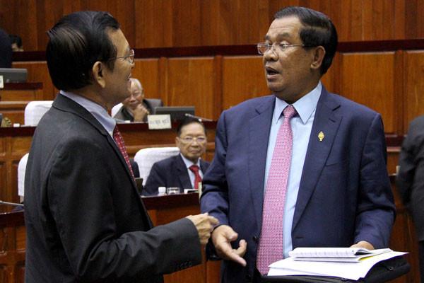 Le Premier ministre salue Kem Sokha, nouveau leader de l'opposition à l'Assemblée Nationale. Photographie RFA