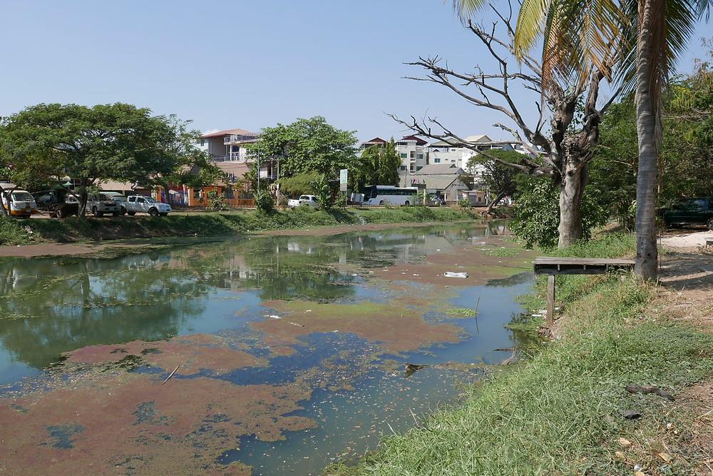 La rivière traversant la ville ainsi et ses canaux sont souvent parsemés de détritus