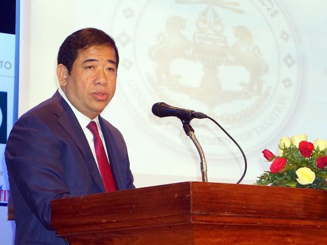 SE Kong Vibol, directeur général du Département général de la fiscalité. Photographie par Christophe Gargiulo