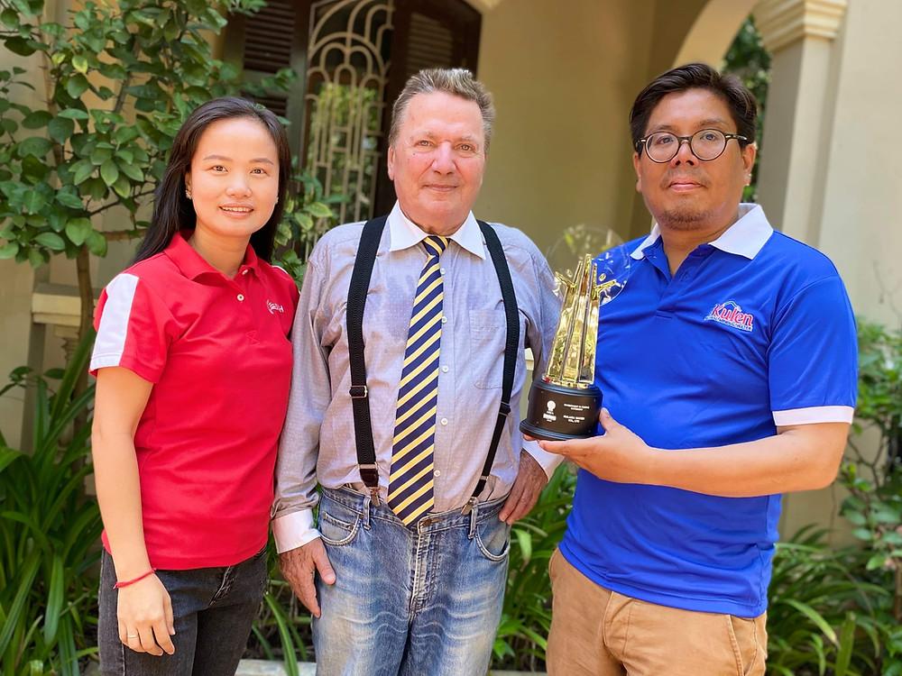 Au centre, le Dr. Jacques Marcille, directeur général de Kulara Water avec, à sa gauche, Sokheang Nov, responsable des ventes (DKSH) et Nimith Chheng, consultant