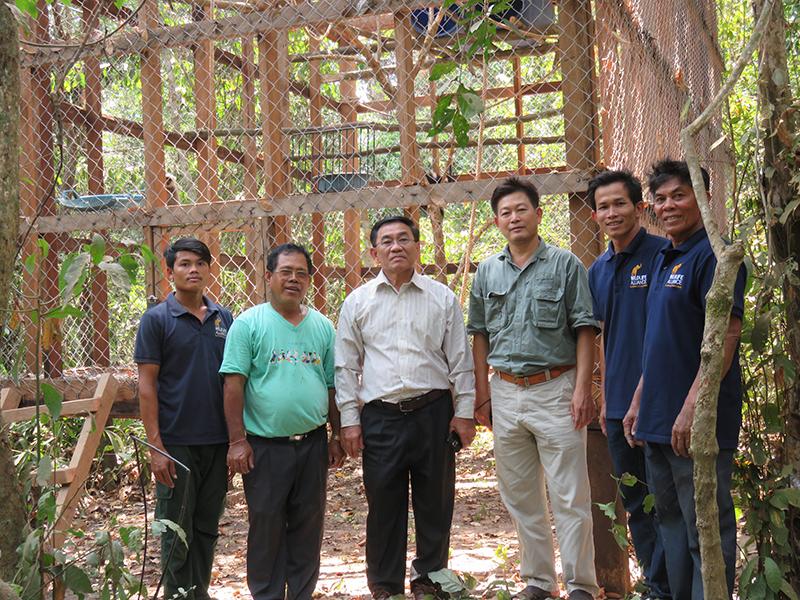 L'équipe du programme de relâchement d'Angkor, composée de membres de l'Autorité Apsara, de l'Administration forestière et de la Wildlife Alliance