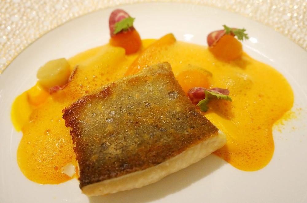 Filet d'omble chevalier surmonté d'une réduction à la carotte au gingembre et yuzu