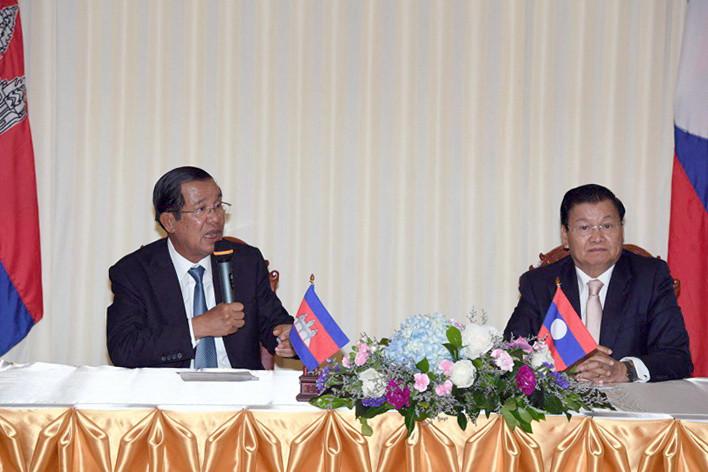 Le Premier ministre cambodgien, Hun Sen, et son homologue laotien, Thongloun Sisoulith
