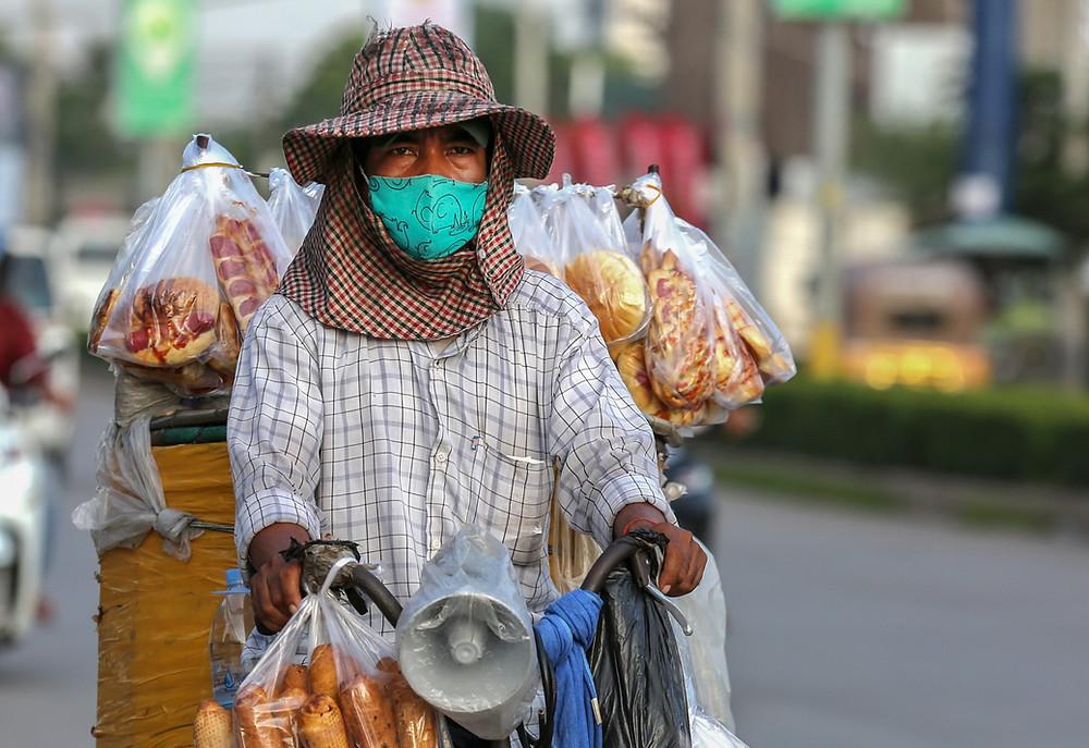 Marchand ambulant au Cambodge. Illustration BAD