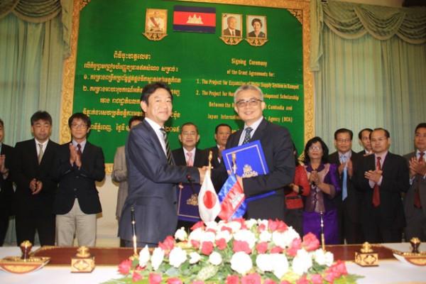 Aun Porn Moniroth, ministre cambodgien de l'Economie et des Finances, et Itsu Adachi, nouveau représentant en chef de la JICA au Cambodge