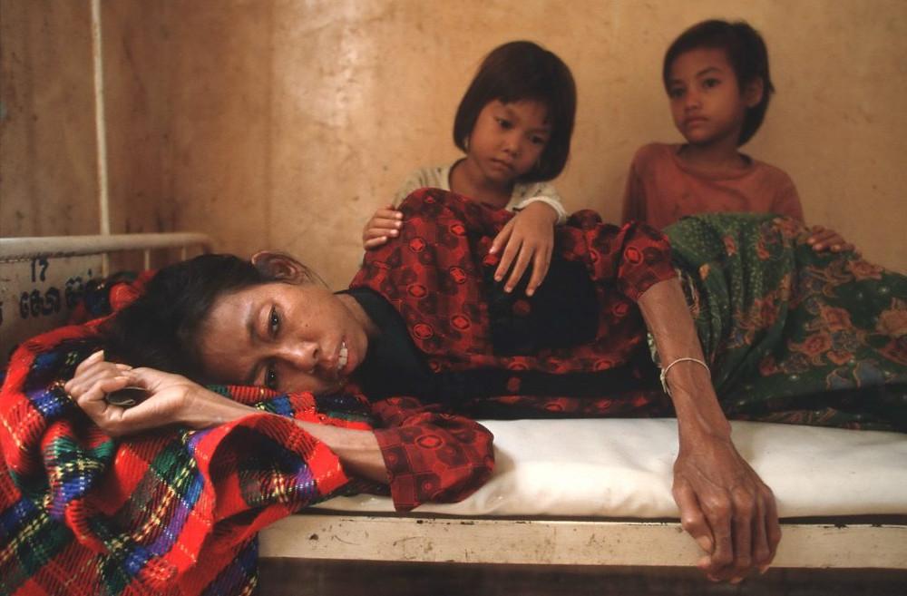 Maman atteinte du sida au Cambodge. Malgré le drame de Roka, le Cambodge est l'un des pays d'Asie à avoir réalisé des progrès significatifs dans la lutte contre le sida. Photographie WordBank (cc)