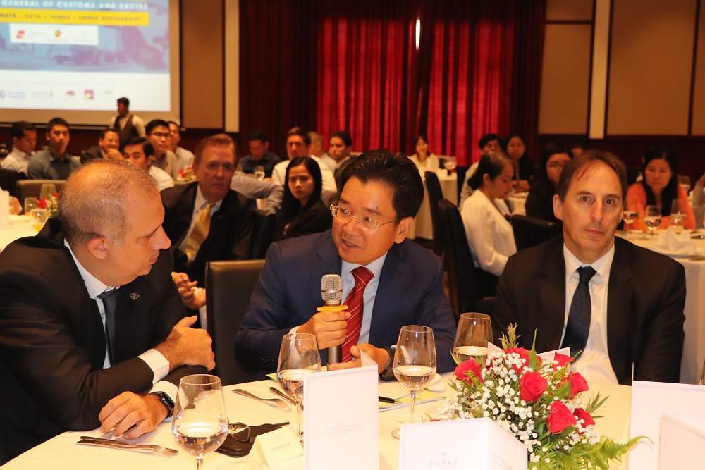 S.E. Kun Nhem entre Arnaud Darc, président d'Eurocham, et George Edgar, ambassadeur de l'UE au Cambodge