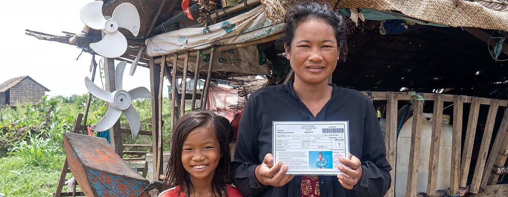 PNUD Cambodge/Kimheang Toun Une femme cambodgienne montre sa carte IDPoor émise par le gouvernement.