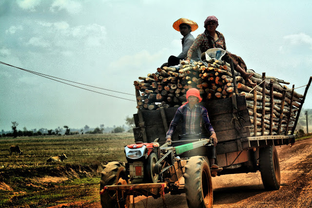 Pays surprenant sous bien des aspects, le Cambodge est aussi un pays avec des habitants qui rivalisent d'imagination en matière de transports. A l'inverse de la ville et des grands axes, les routes de province sont souvent peuplées de tracteurs ou motoculteurs transformés à gré en charrette, transport en commun, souvent dangereux....ou en transport de marchandises.
