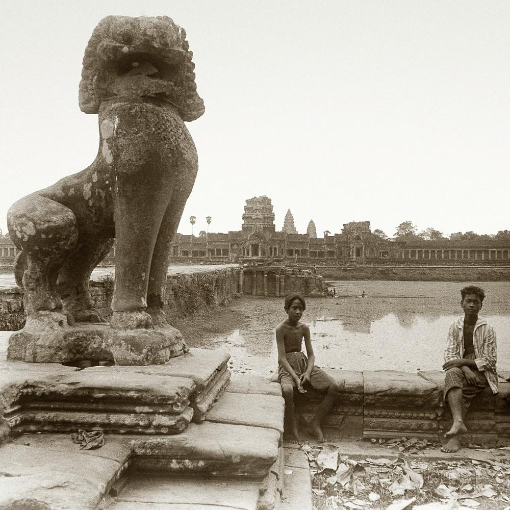 Adolescents devant Angkor Wat. 1929