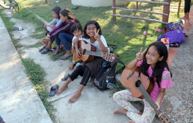 De jeunes élèves jouent de la guitare
