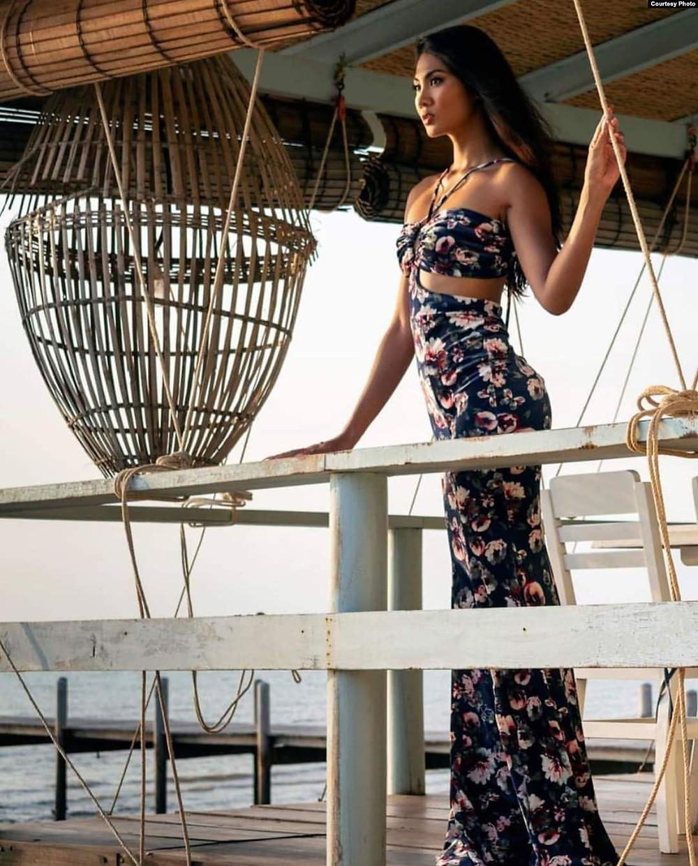 Le mannequin Prasath Davin porte une robe à imprimé animal conçue par Ros Pheakdey