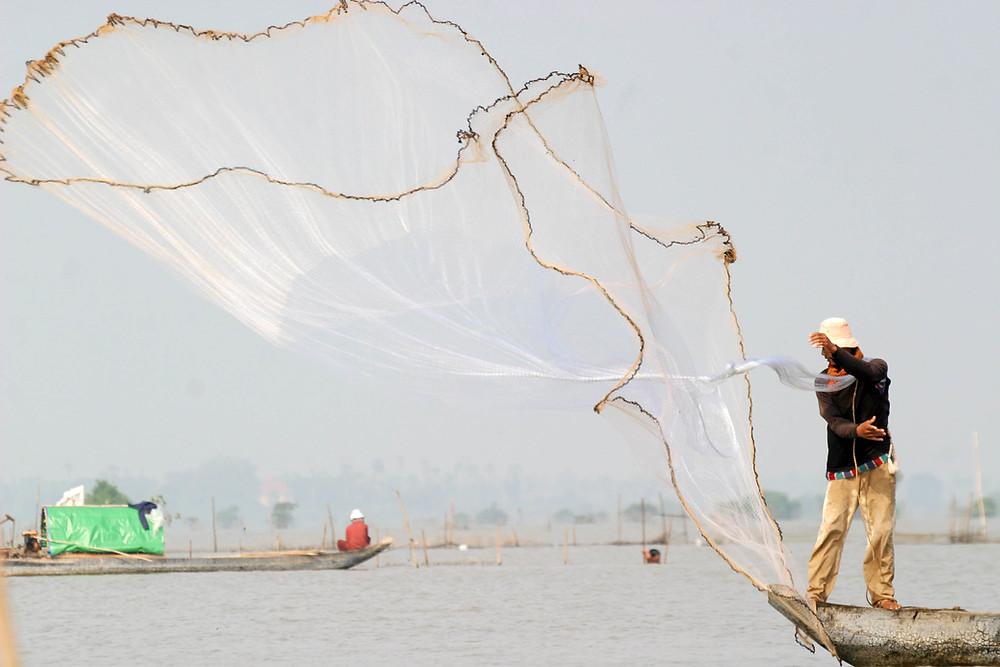 Pêcheur à Kompong Chhnang. photographie ILO
