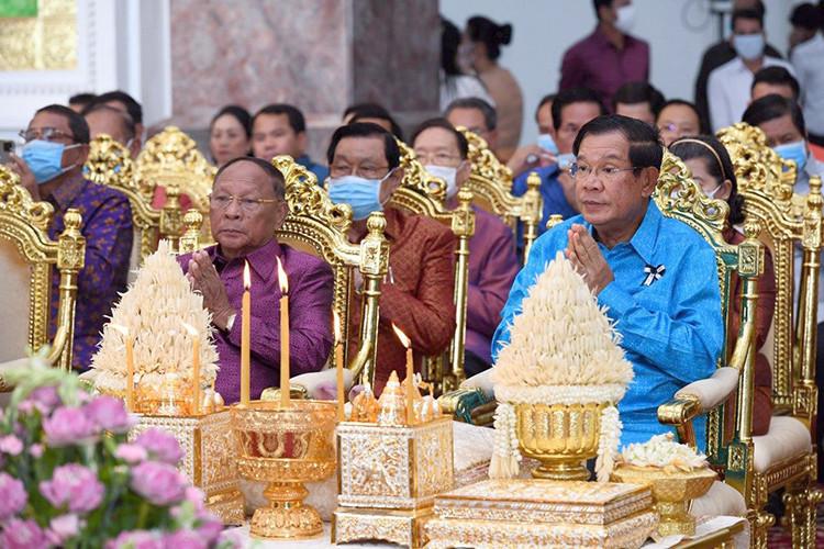 Heng Samrin (gauche) aux cotés du Premier ministre