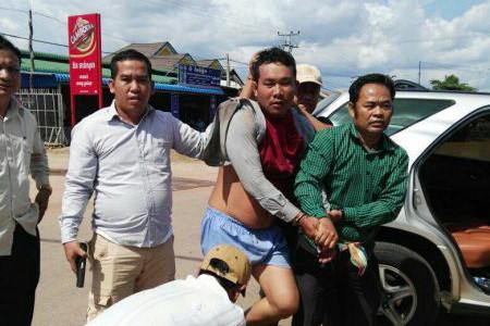 L'accusé, Meas Sam Oeun (en short), 33 ans, était vice-président et comptable de la Croix-Rouge cambodgienne à Kampong Cham.
