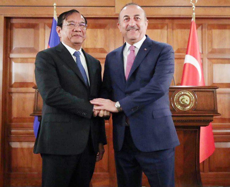 M. Prak Sokhonn, vice-Premier ministre et ministre des Affaires étrangères et de la Coopération internationale et ministre des Affaires étrangères de Turquie, Mevlut Cavusoglu