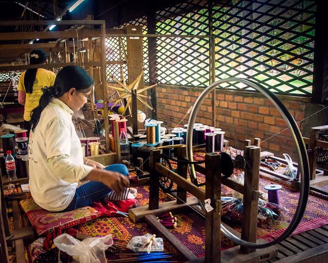 La soie des Artisans d'Angkor. Photo par Bryon Lippincott (CC)
