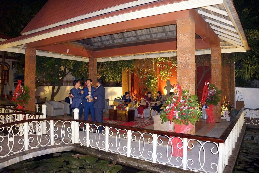Le restaurant a été aménagé dans une splendide et immense villa cambodgienne et ses dépendances.