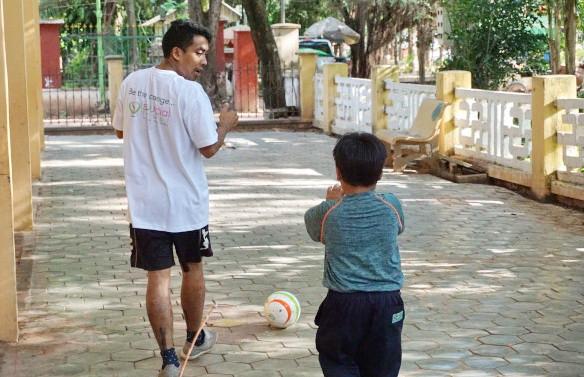 Du football pour les enfants aveugles de l'école Krousar Thmey
