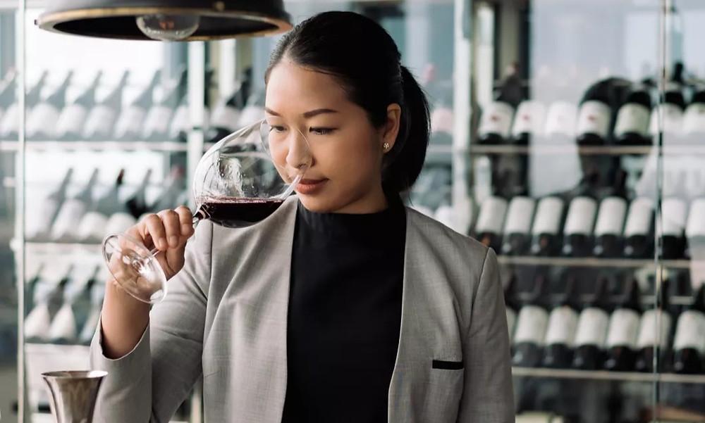 Eden Gnean est une Cambodgienne qui a choisi une voie originale dans un domaine qui reste encore assez dominé par la gent masculine : l'art du vin.