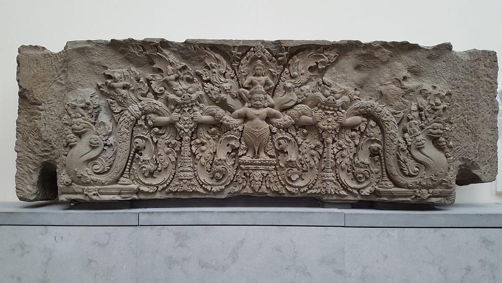 Linteau du Prasat Kok Po, avec Vishnu chevauchant Garuda