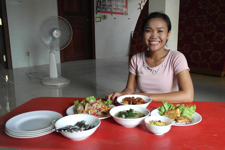 Loy qui propose le déjeuner et le dîner chez elle près de la route nationale 6 à Siem Reap