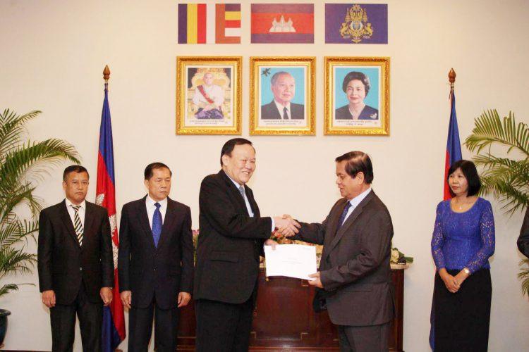 Le gouvernement cambodgien offre 100 000 $ au Laos
