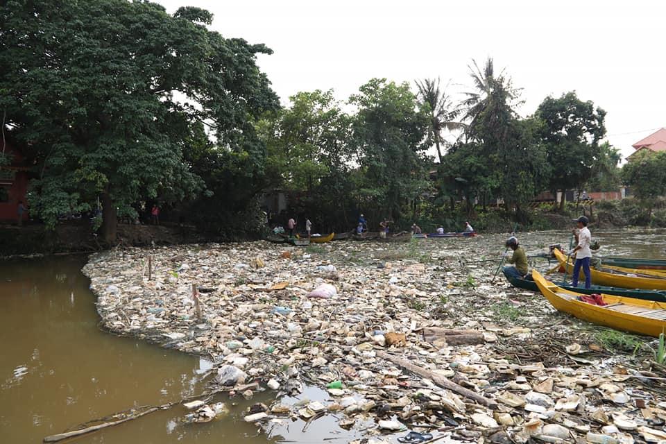 Pollution  sur le lac