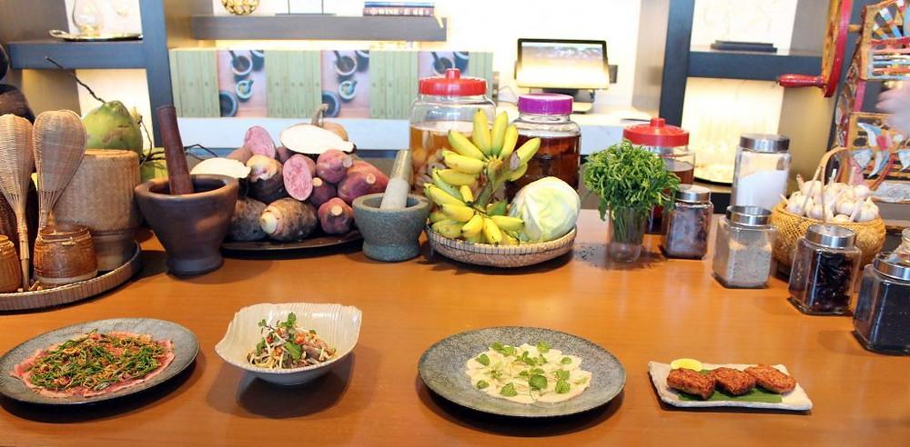 Entrées (boulettes de poisson - extrême droite - et salade de poisson cru-deuxième plat à partir de la droite) (Crédits photo: Pascal Médeville)