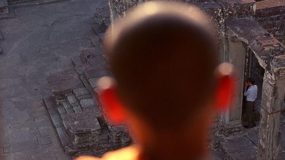 Un jeune moine bouddhiste observant M. Chow