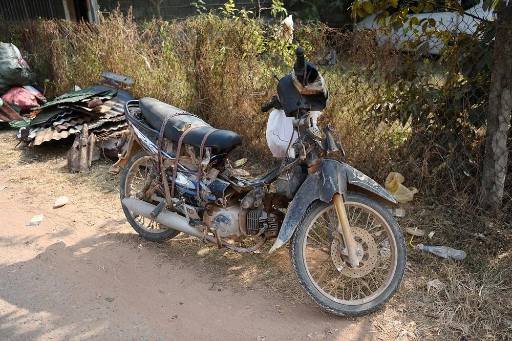 une moto au bord d'une route