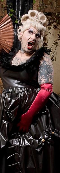 Breathcatchers. Dragqueen in chocolatebrown leather