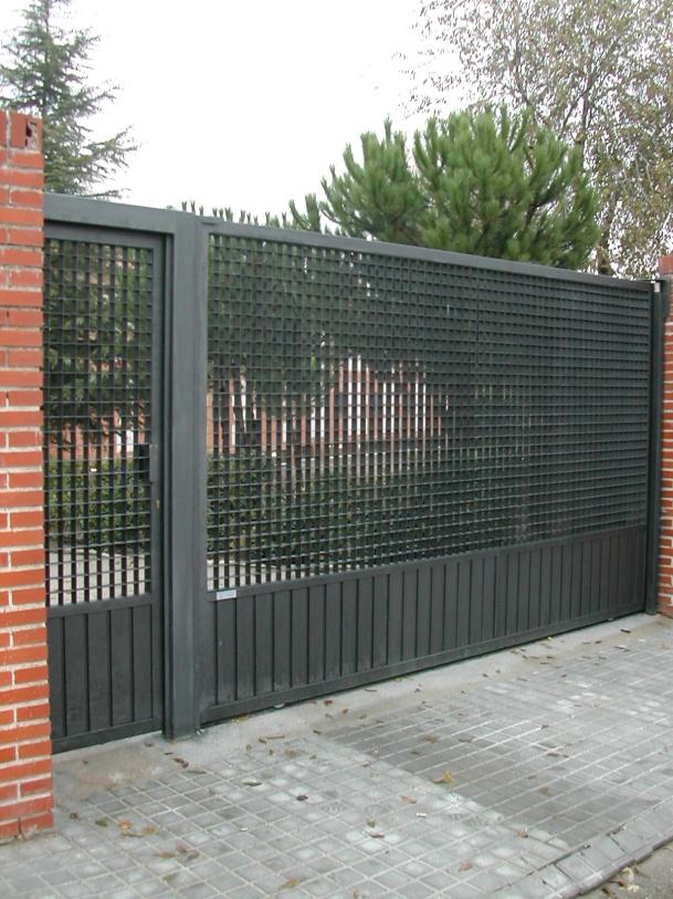 Puerta corredera + peatonal  con tramex y perfil puerta vertical