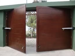 Puerta batiente de dos hojas lisa color madera