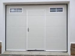 puerta seccional con peatonal centrada