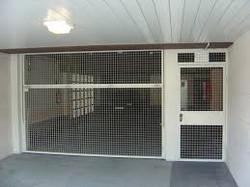 Puerta basculante con malla electrosoldada