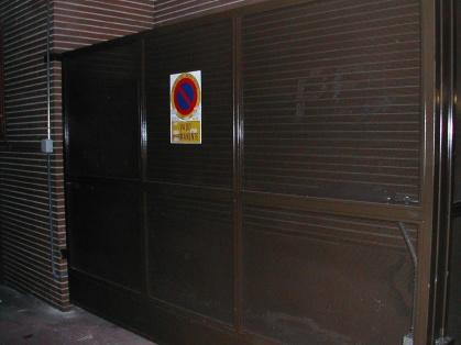 Puerta batiente de una hoja con chapa microperforada