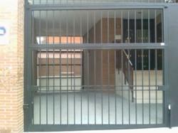 Puerta basculante con tubos verticales de 20x20