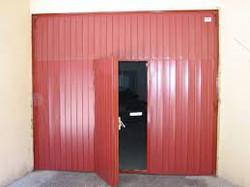 Puerta basculante con puerta peatonal centrada