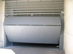 Puerta_basculante_chapa_perfil_puerta_con_ventización_superior