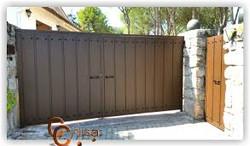 Puerta batiente de dos hojas, perfil puerta ancho en vertical con chinchetas de adornos