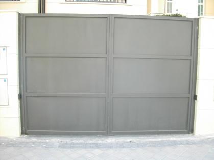 puerta batiente de dos hojas con modulos de chapa bandejas lisas (exterior)