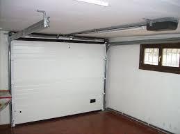 puerta seccional vista desde el interior de garaje