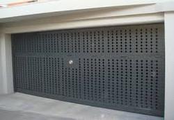 Puerta basculante con chapa troquelada