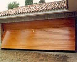 Puerta_basculante_perfiles_metálicos_y_madera
