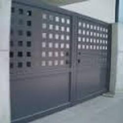 Puerta batiente de dos hojas con chapa troquelada y zocalo liso inferior