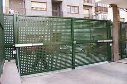 Puerta batiente de dos hojas con chapa troquelada 20x20